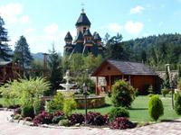 Hotel Karpatsky Zamok. Território - perto fica a igreja de estilo típico hutsul