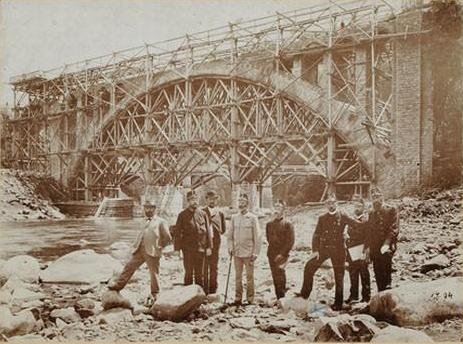 Der Bau des Eisenbahnviadukts in Jaremtsche im Jahr 1894