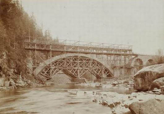 Der Bau der Eisenbahnbrücke im Jahr 1890