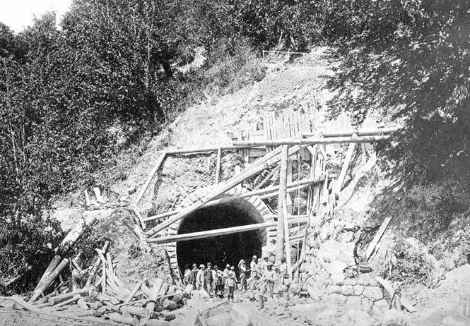 Der Bau des Tunnels auf der Eisenbahnstrecke im Jahr 1896