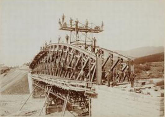 Der Bau der Eisenbahnbrücke in Deljatyn im Jahr 1893