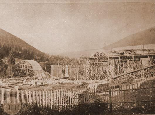 Der Bau der Eisenbahnbrücke in Worochta im Jahr 1890