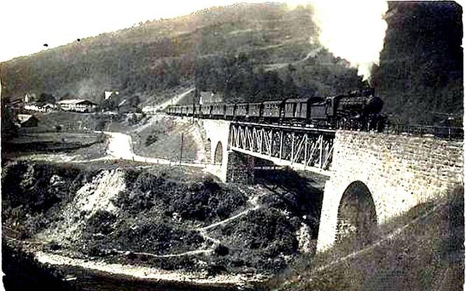 Der erste Zug auf der neugebauten Brücke in Jasinja (1894)